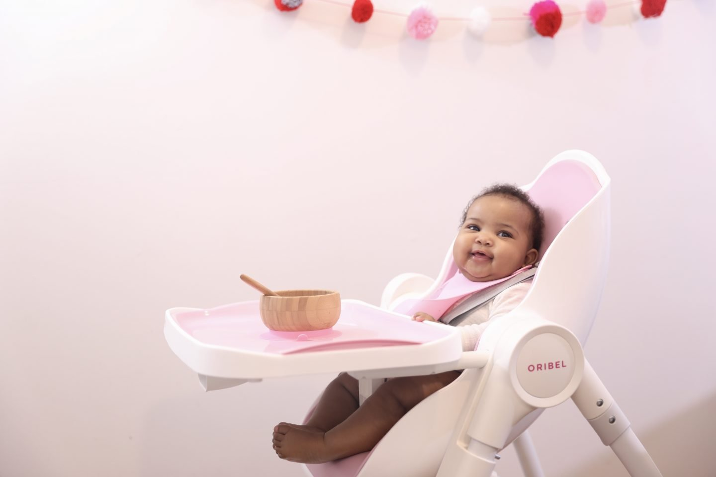 The Modern Mom Guide to Introducing Solids to Baby – Tips, High Chair, Apps & Gear